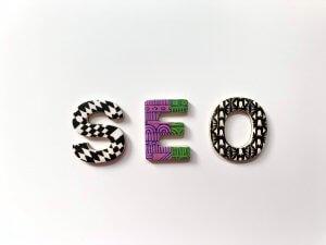 Letters die het woord SEO vormen