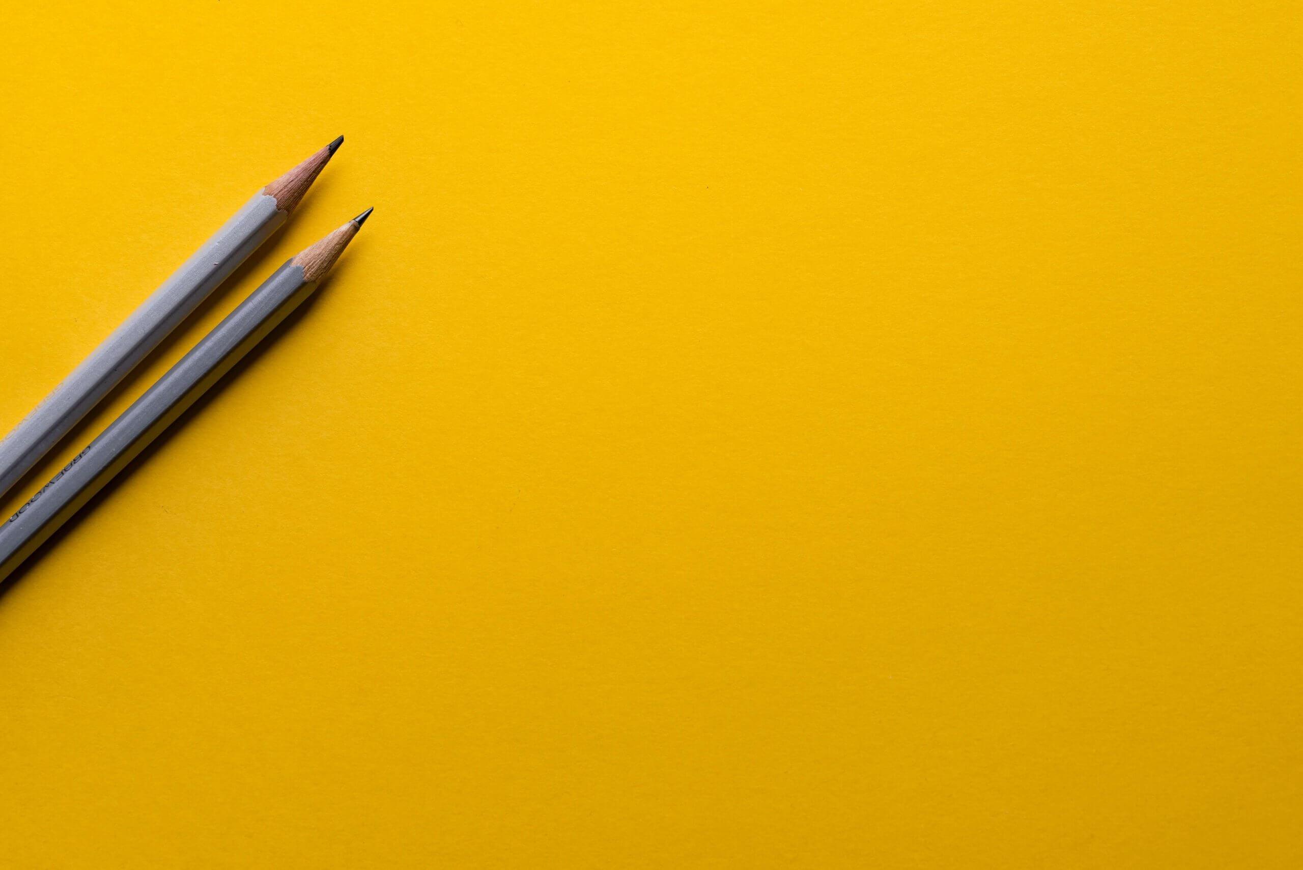 Geel vlak met twee potloden